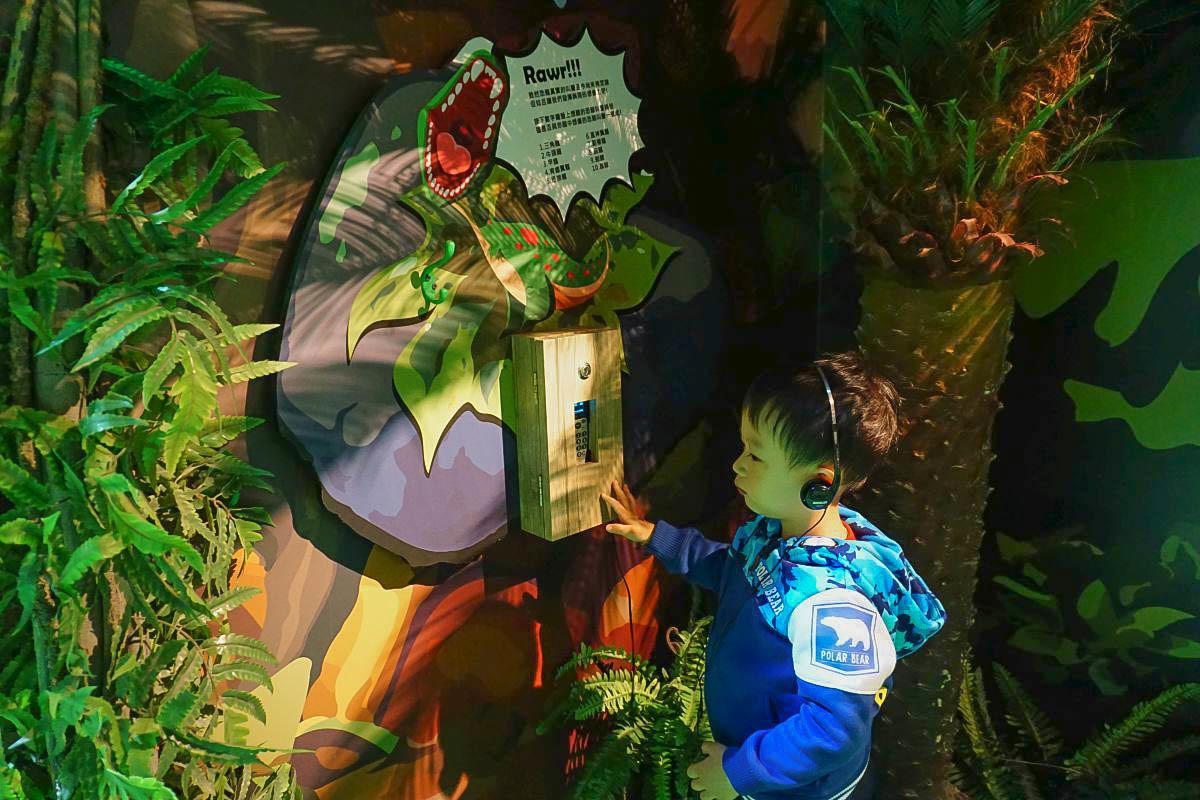 華山展覽|侏羅紀X恐龍樂園:搭乘恐龍吉普車進場、小小考古家動手挖挖骨頭、抱抱可愛的恐龍寶寶、騎乘暴龍出發囉!
