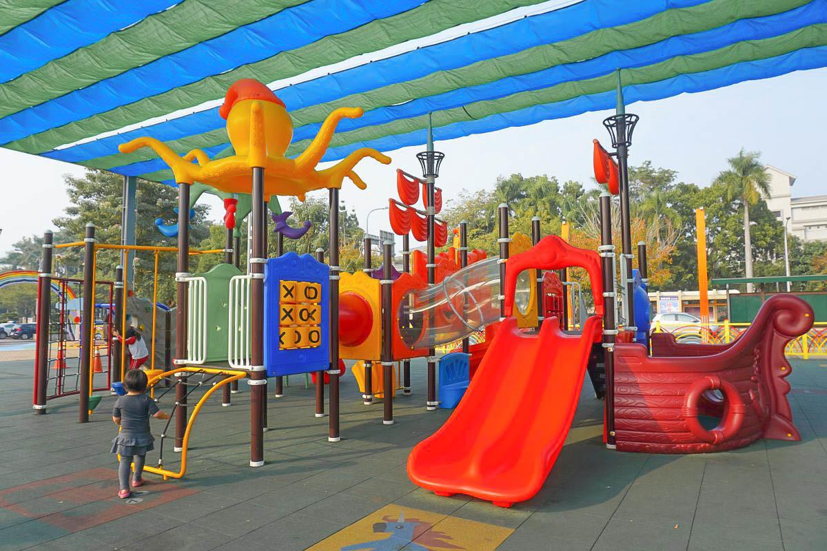 南投新景點|草屯兒童樂園,小朋友玩翻天放電:刺激的滑索、平衡棧道、透明旋轉溜滑梯、球池、沙堆,超好拍的彩虹步道、幸福鐘。