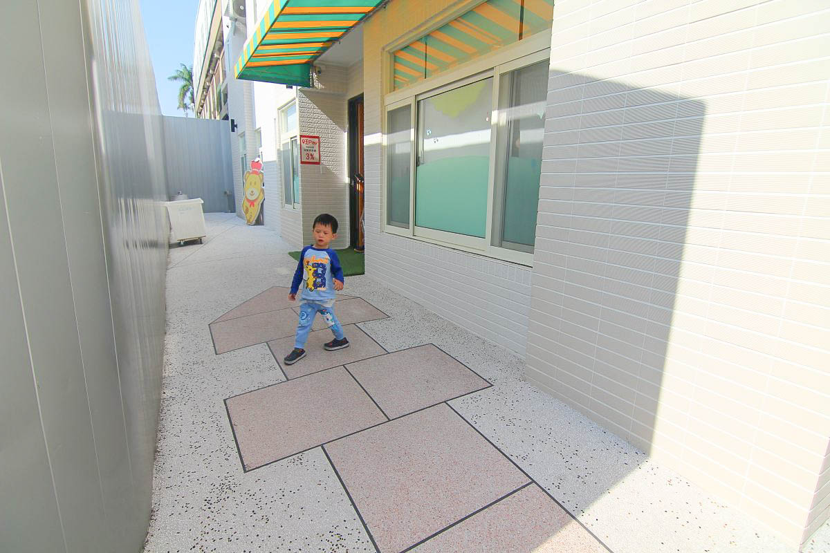 台中親子民宿kids box:二層樓旋轉溜滑梯.房間內就有車車和跑道.攀爬牆.公主扮演.辦家家酒玩具.完全不想睡了!