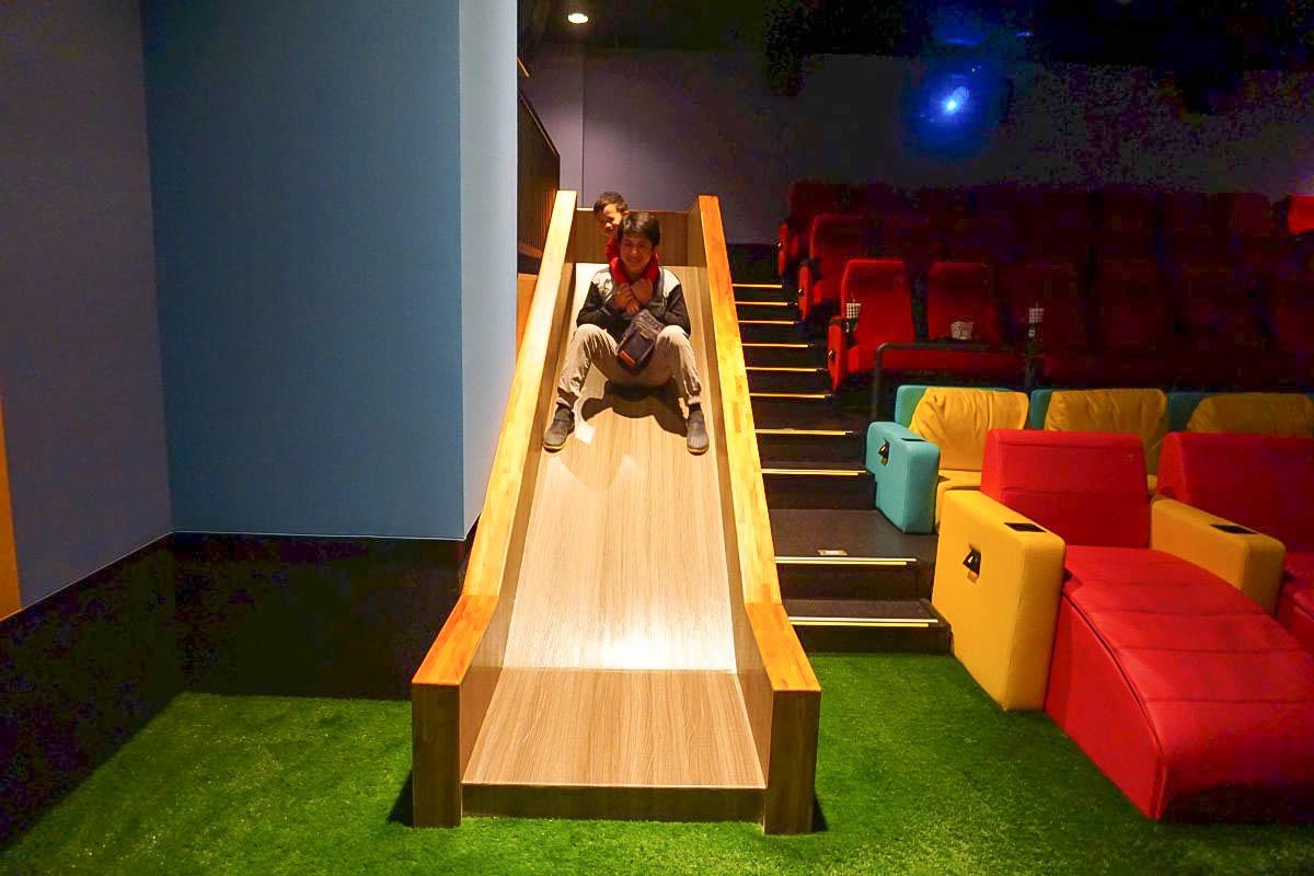 全台第一間溜滑梯電影院(豐原in89影城):海盜船溜滑梯、巨大球池、公主變裝服,飲料無限暢飲,小朋友限定沙發電影區,一邊溜一邊看!