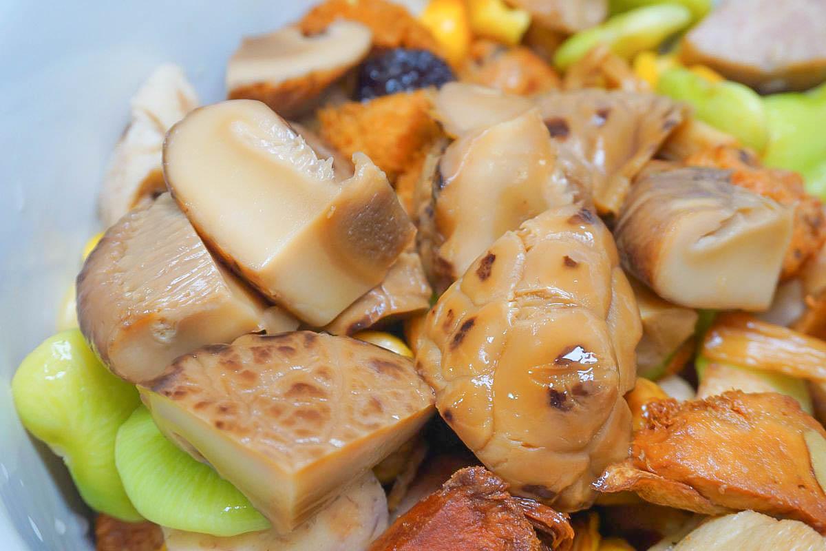 超好吃的蔬食佛跳牆|漢來蔬食臻品佛跳牆:使用頂級厚花菇入菜、猴頭菇、杏鮑菇、銀杏,長輩也讚不絕口的好味道湯頭!素食年菜推薦!