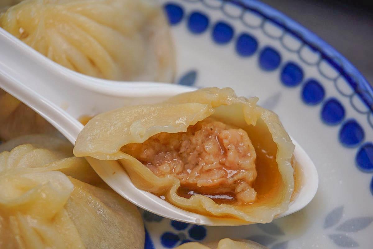 彰化美食》彰化秀水湯包,網友公認彰化版鼎泰豐:滿滿的湯、湯多就像水球!三種口味:不油膩的湯汁讓人意猶未盡~吃的到一整隻蝦!