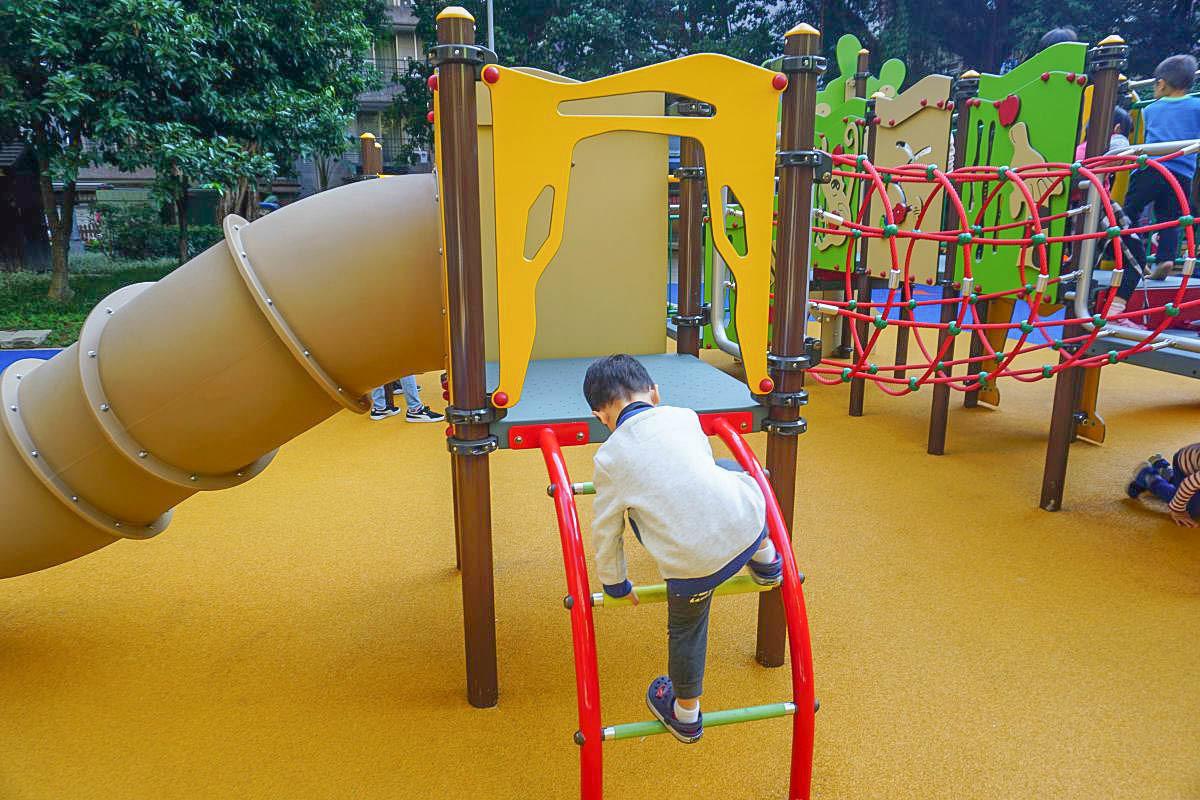 台北新叢林主題公園 晴光公園大變身,可愛的獅子溜滑梯、波浪溜滑梯、森林元素攀爬牆,不大但是很好玩!雙城街夜市旁的好玩公園!