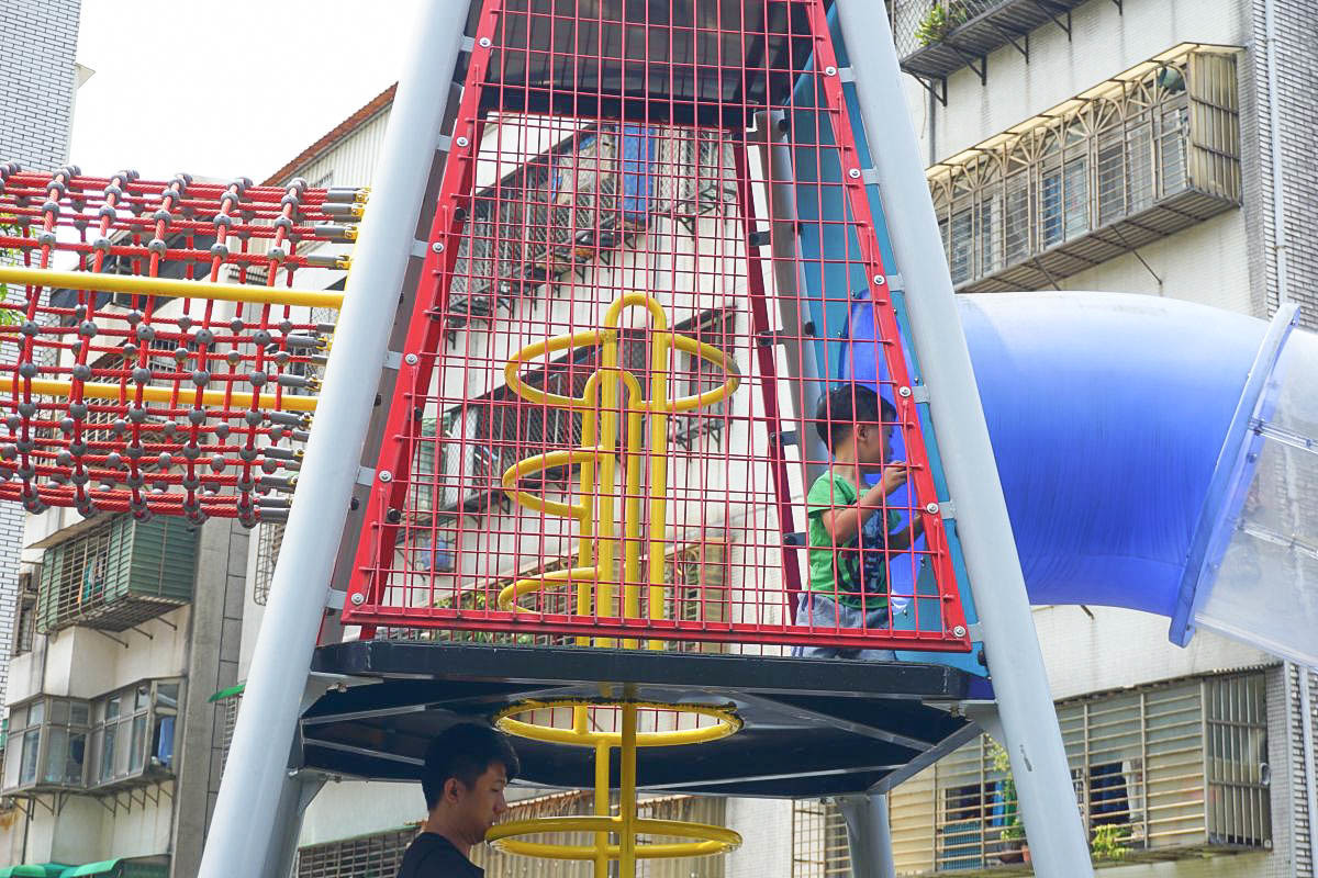 台北特色公園》康樂綠地:刺激二層樓雙塔探險透明溜滑梯,攀爬直上讓小朋友超放電啊!二層樓還真的有點刺激呢!