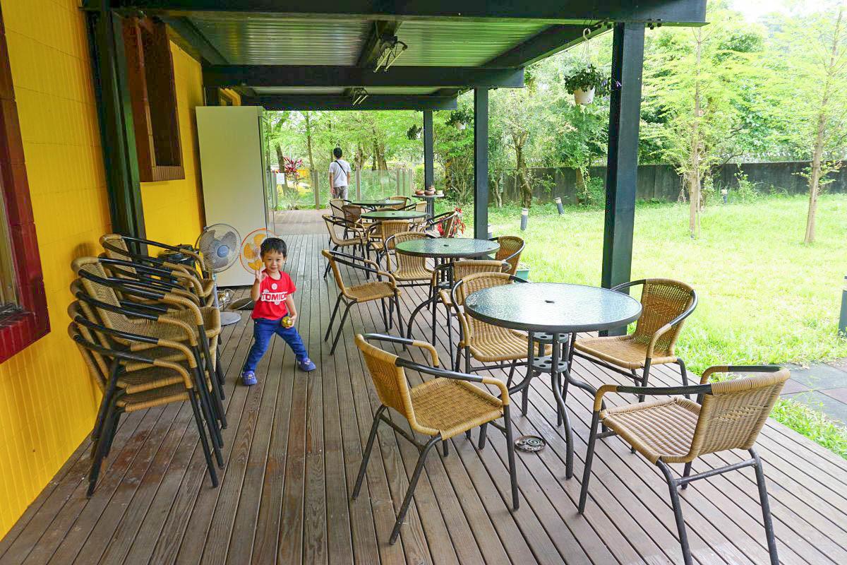隱藏森林系親子餐聽|二層樓溜滑梯、餵魚、小朋友籃球、滑板車、積木、桌遊一次滿足,帶小朋友放電出遊去!