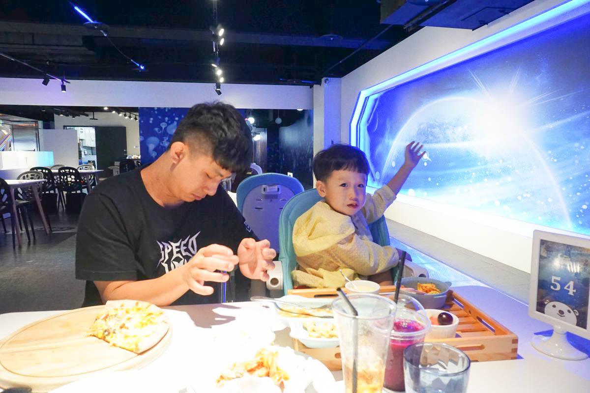台北大直|樂福銀河鐵道餐廳(火車主題親子餐廳):超好拍的鍵盤月台、平交道、地板還會有岩漿通過~大人小孩都可搭!
