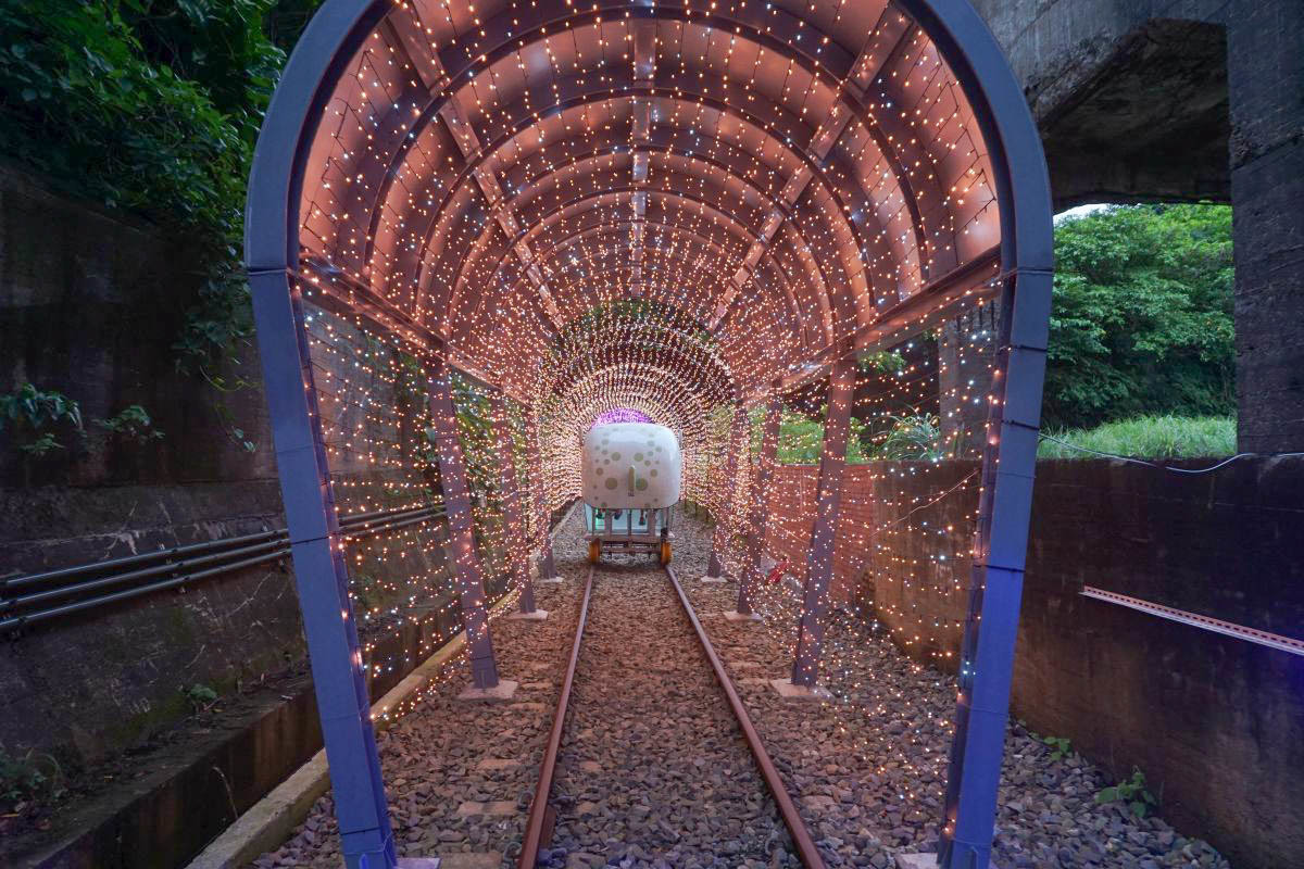 新北景點一日遊》深澳鐵道自行車,全台唯一山海線河豚自行車欣賞無敵海景,浪漫星光票,浪漫花徑,嶄新光隧道主題,愛心光廊,浪漫一波~