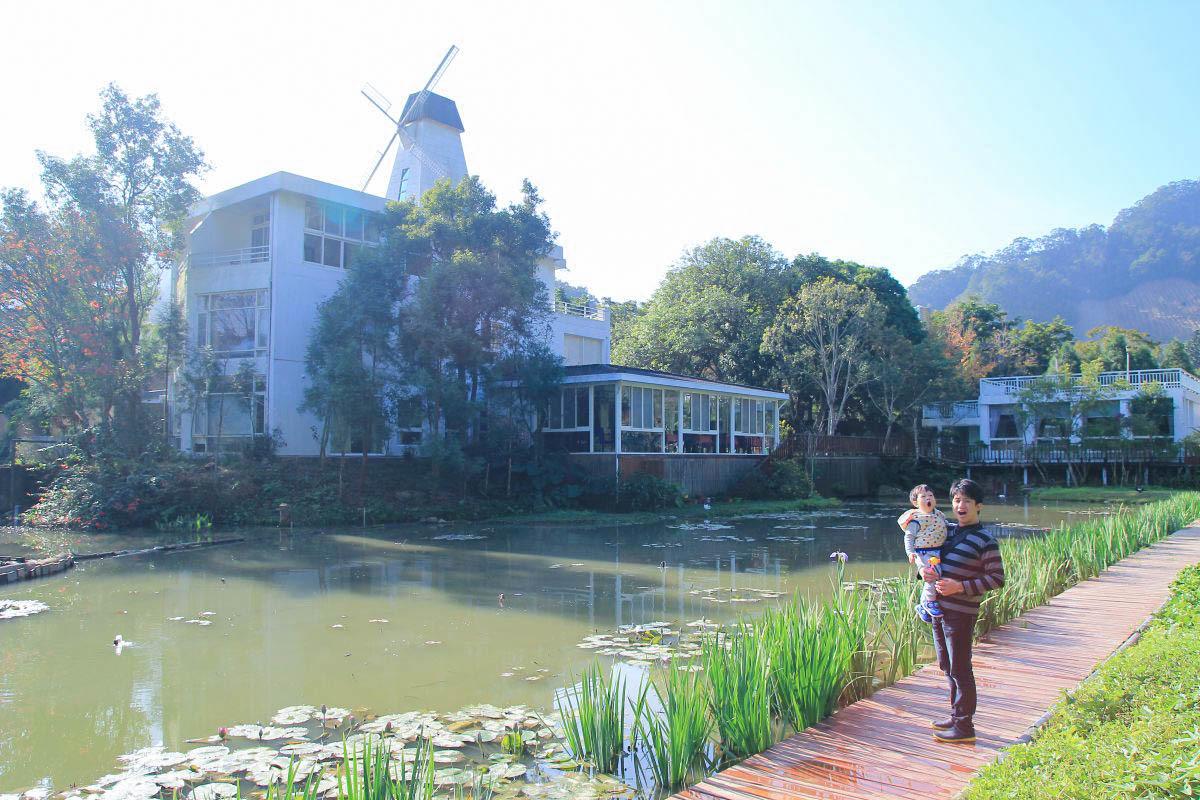 苗栗南庄住宿》百合山莊:美的就像明信片!超唯美歐式建築風車小屋,超美湖畔造景,餵鴨鴨和小魚,免費迎賓茶品~來去浪漫一下。