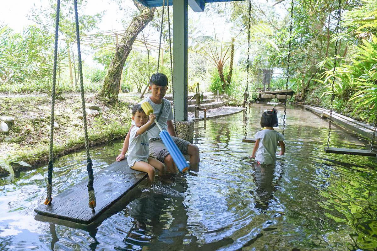 宜蘭景點》花泉有機休閒農場:森林倒影,黃色水車,水上棧道,冰涼泉水池,浪漫水上鞦韆滿滿仙氣!