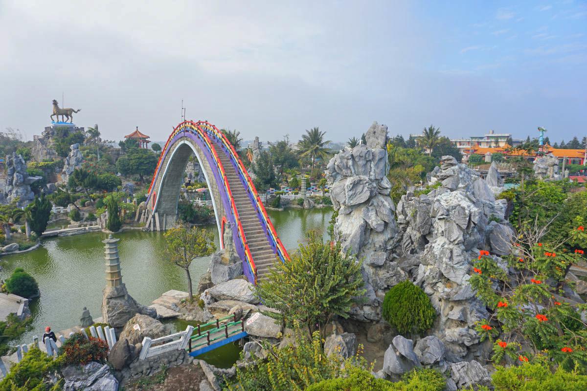 雲林景點》全台最高彩虹迷宮!五年千歲公園,2公頃迷宮闖關探險囉,過山洞餵魚餵鴨子好好玩(懼高症注意