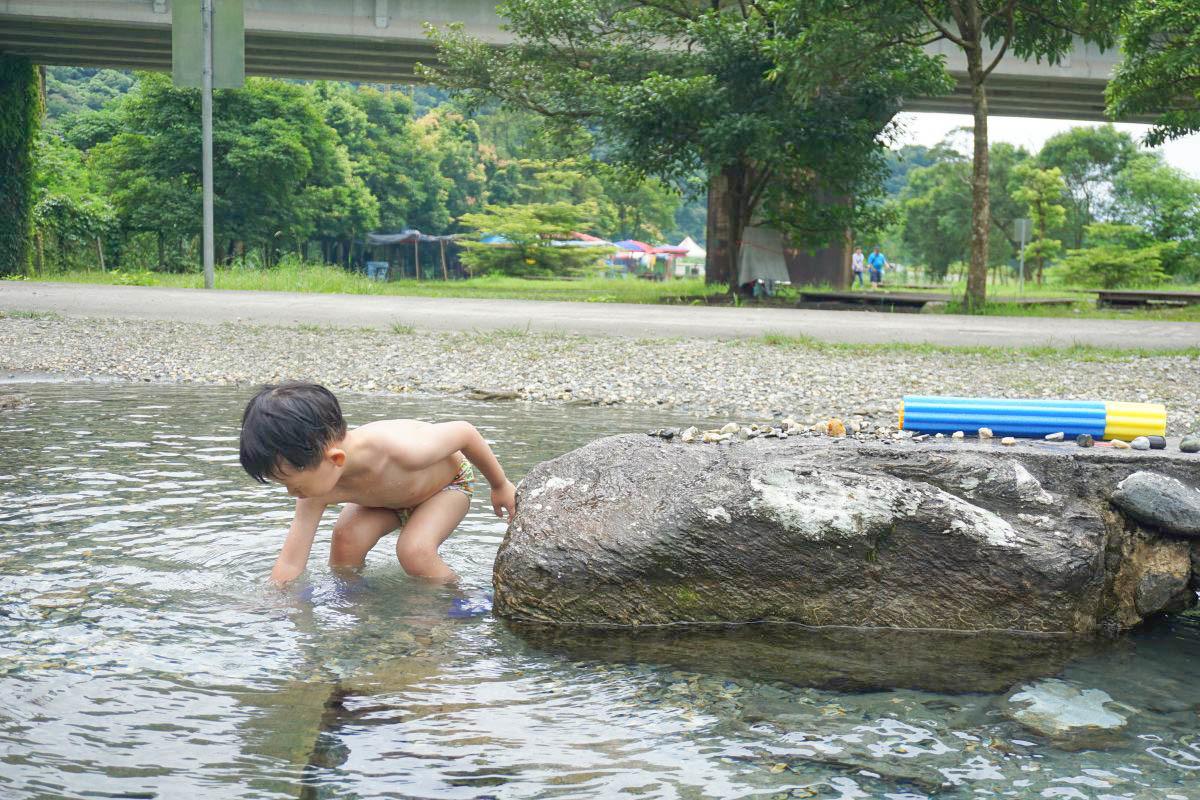 宜蘭景點》東岳湧泉公園:免費玩水去,玩水看火車一次滿足!終年保持14~16度C超冰清澈見底湧泉,夏天就是要醬玩!帶小朋友玩水去~
