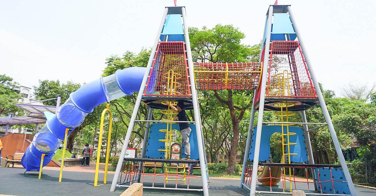 台北內湖|康樂綠地:太空雙塔溜滑梯,二層樓高透明溜滑梯,攀爬直上訓練小朋友的握力,玩不停! @小腹婆大世界