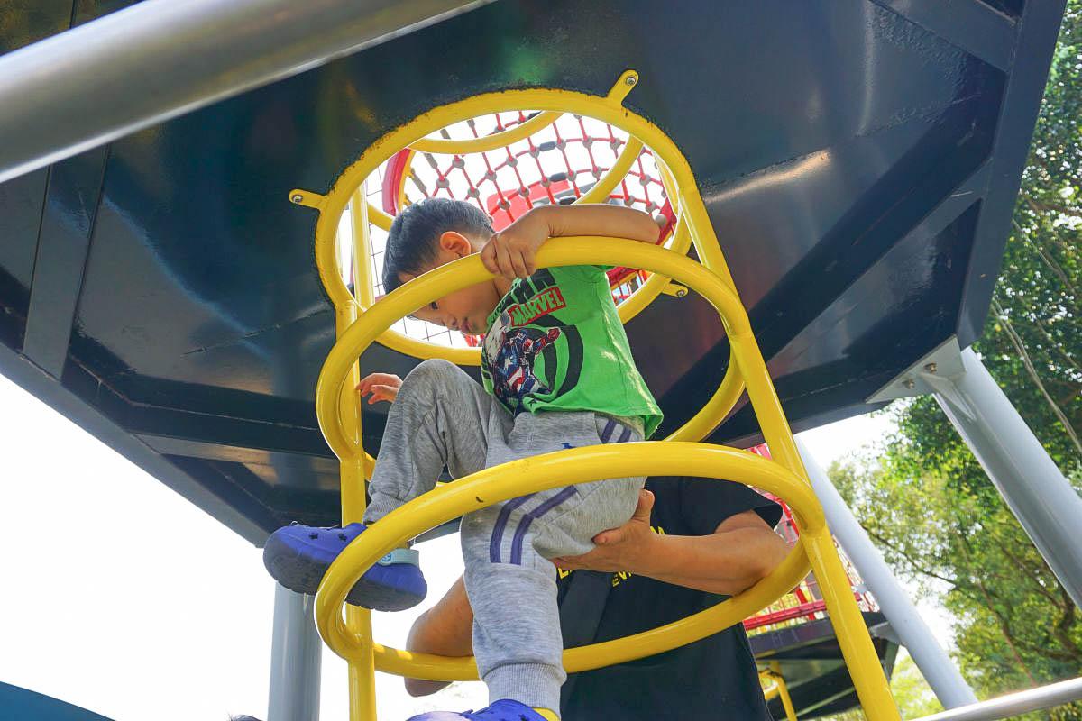 台北內湖|康樂綠地:太空雙塔溜滑梯,二層樓高透明溜滑梯,攀爬直上訓練小朋友的握力,玩不停!