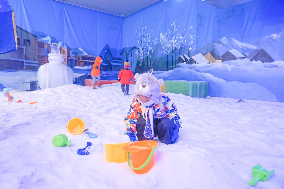 台北展覽》冰雪奇園(6/25~9/15).瞬間冰涼!不限次數玩透透,變身愛斯基摩人入住冰屋,極地小火車,旋轉木馬,冰磚溜滑梯,堆雪人打雪仗一次滿足~