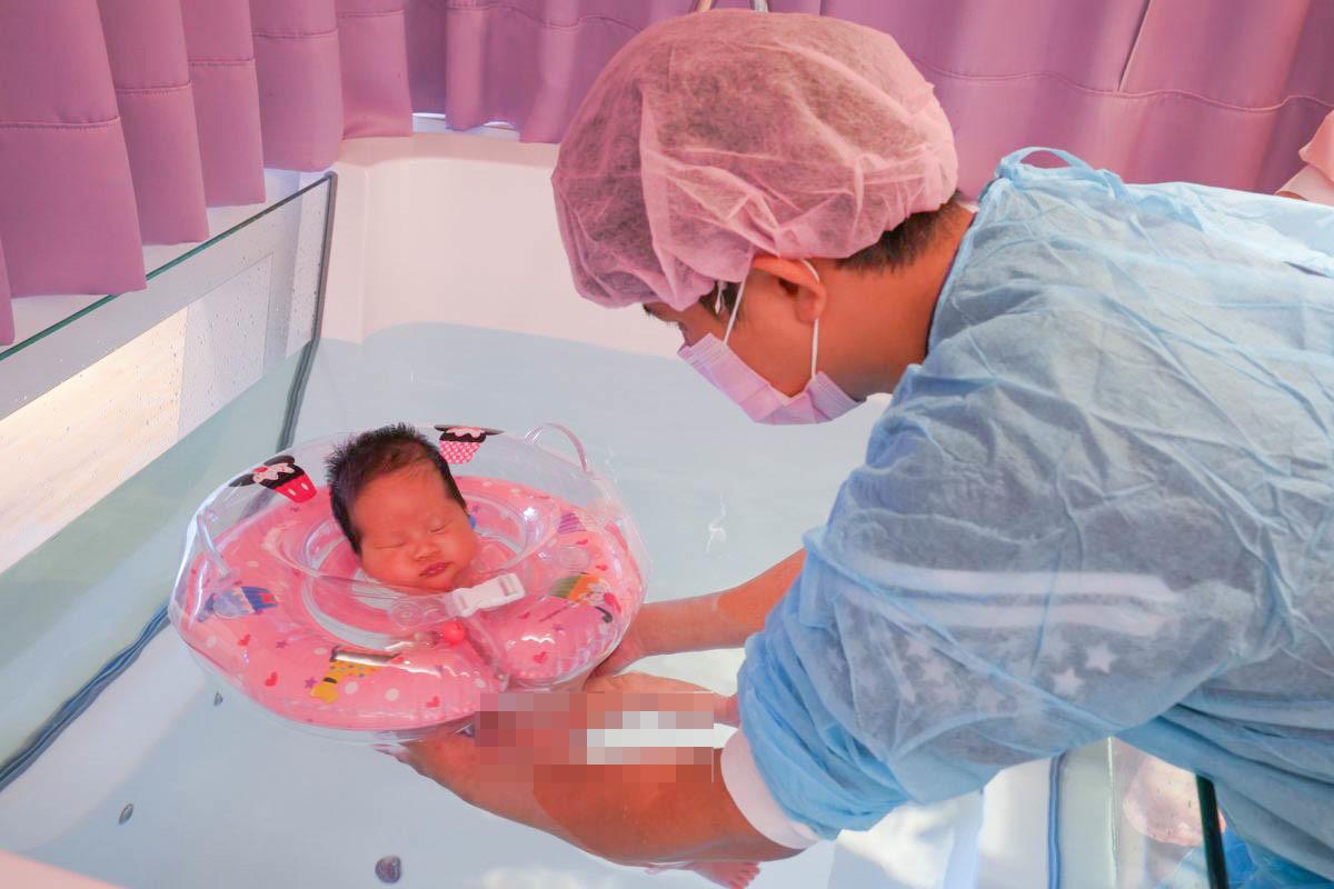 睡阿睡~未滿月的新生兒寶寶游泳去~嬰兒按摩、洗澡課一次滿足新手爸媽!慈心月子中心入住限定~