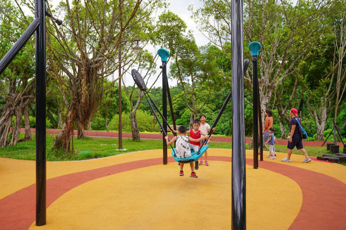 南港特色公園》15公頃森林系公園:滑軌溜滑梯,磨石溜滑梯,彈跳床,溜索,樹屋溜滑梯,旋轉攀爬架,幼童大童都愛玩!