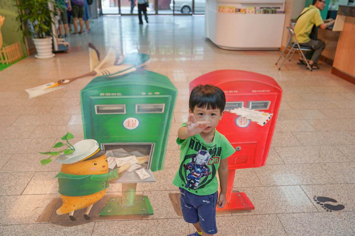 台北親子景點》郵政博物館,門票十元玩透透,六層樓任你玩,小小郵差職人體驗,巨大郵局車車,帶孩子認識台灣郵政!