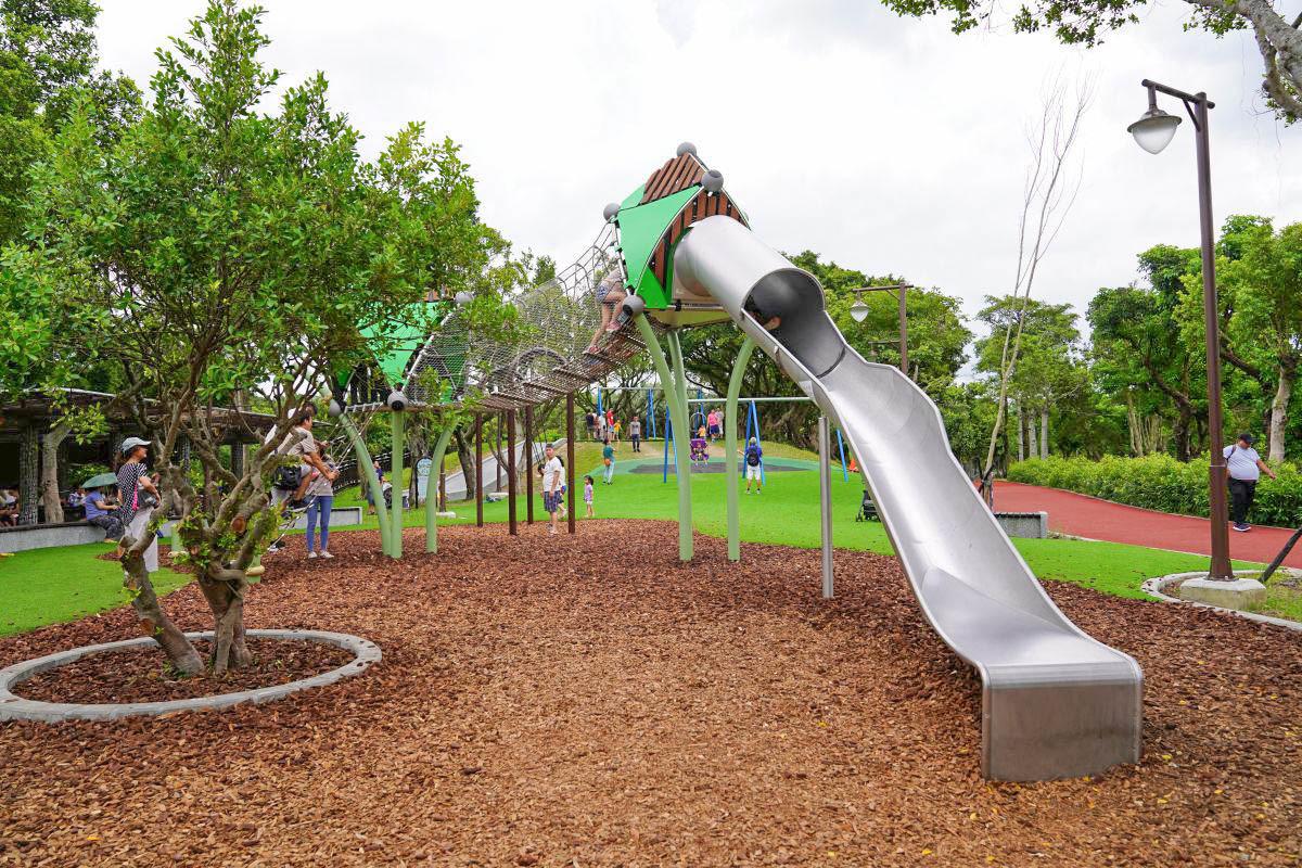 南港特色公園》南港公園,15公頃森林主題特色公園:二層樓樹屋溜滑梯.超刺激滑索.森林沙堆.還有幼兒遊戲區。