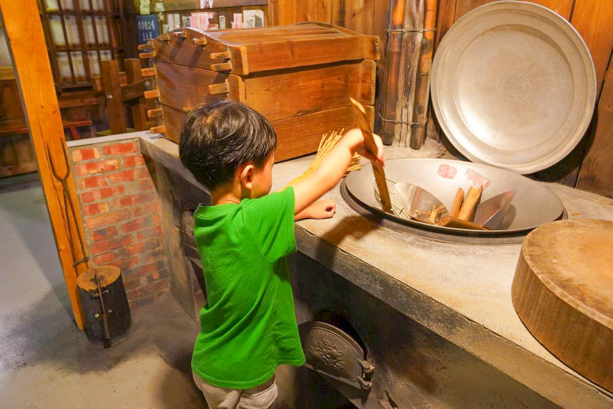 宜蘭景點》虎牌米粉產業文化館.搭上時光機,一起回到70年代 米粉吃到飽、DIY、懷舊場景、變身麵店老闆、警察大人,怕熱下雨備案室內景點!
