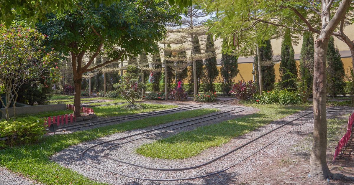 彰化景點|魔菇部落休閒農場:親子DIY、超美S型小火車軌道、大草皮、溜滑梯、沙堆、一探菇蕈原始林、適合野餐度假慢活的親子景點。 @小腹婆大世界