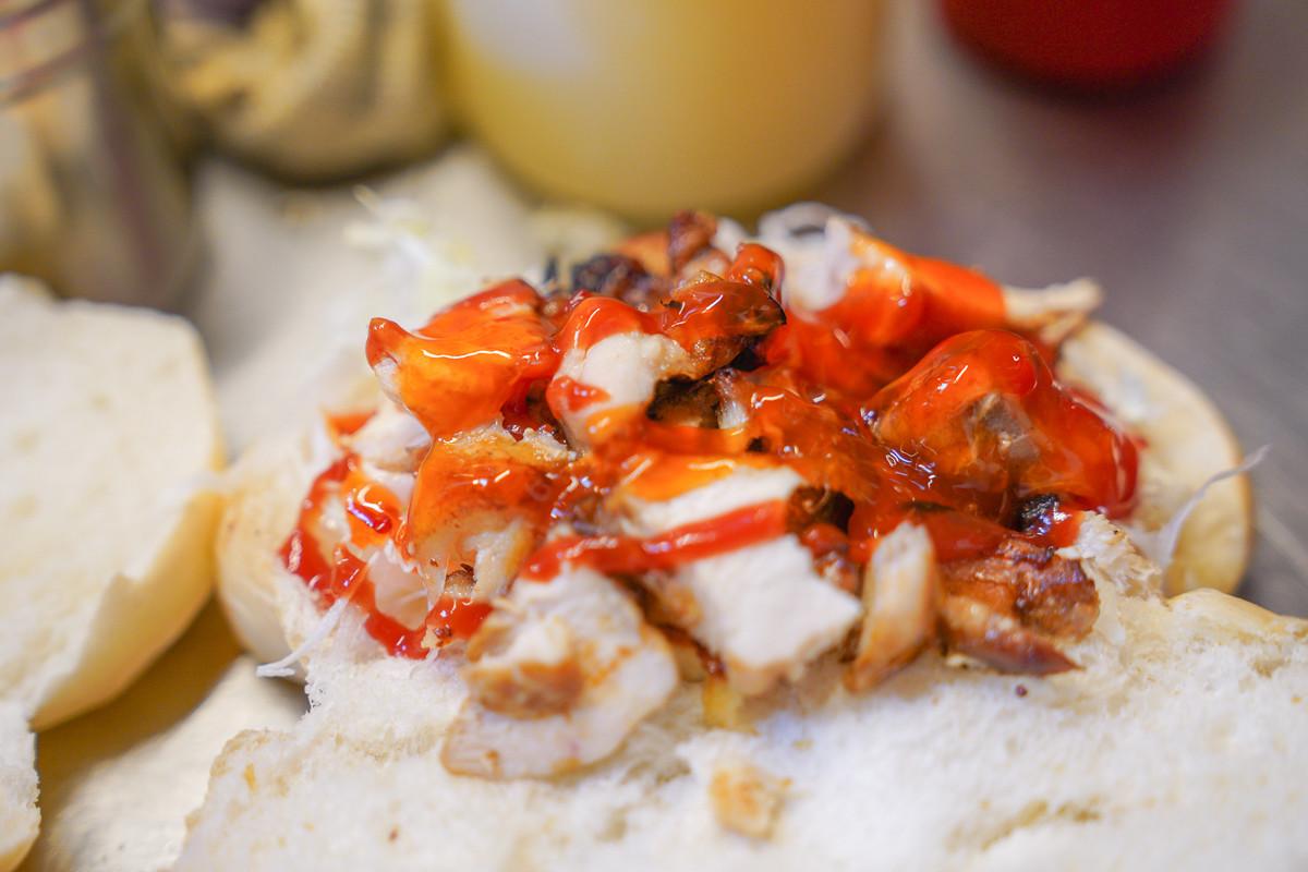 汐止美食》月見山沙威瑪:連熊貓也來排隊的炭烤沙威瑪~鬆軟麵包搭配清脆生菜,超迷人炭烤雞肉香,大汐止百貨(中興夜市)好吃小吃美食~