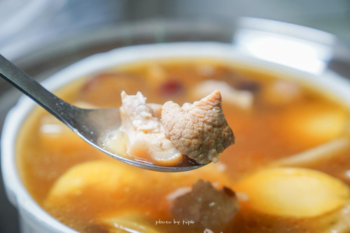 漢來美食第三集》福園鮑魚極品佛跳牆|山珍海味一次滿足、超大顆的鮑魚、滿滿膠質的雞湯、鬆軟的芋頭、超多汁的香菇~每口都是幸福。