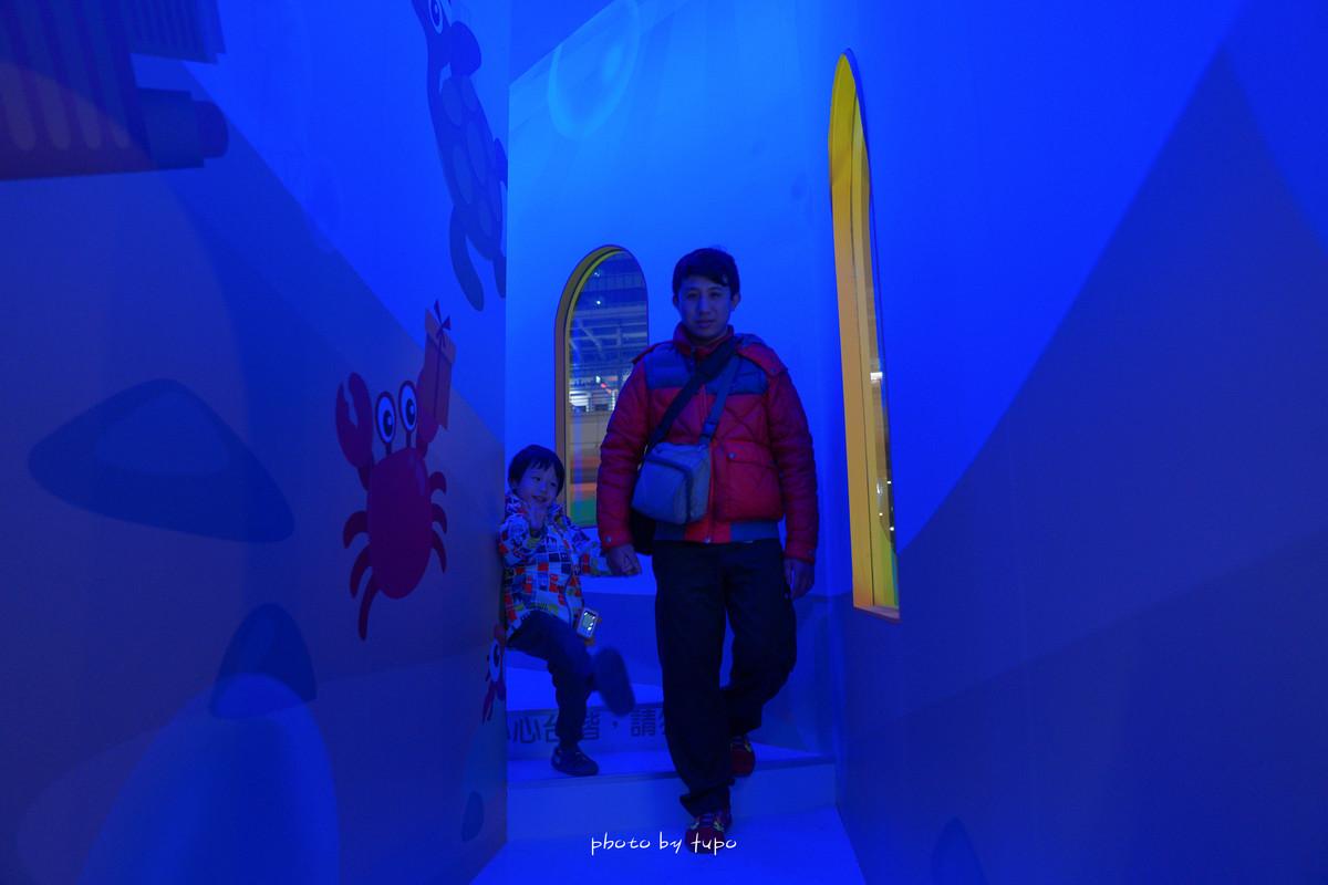 台北景點》中國信託金融園區聖誕村・免費溜冰場.五大必拍場景:偏鄉孩童生活展、變色海底隧道、聖誕樹整點報時、發光免費球池、聖誕小屋、真冰溜冰場、超美立體冰塊牆、VIP限定雪屋..