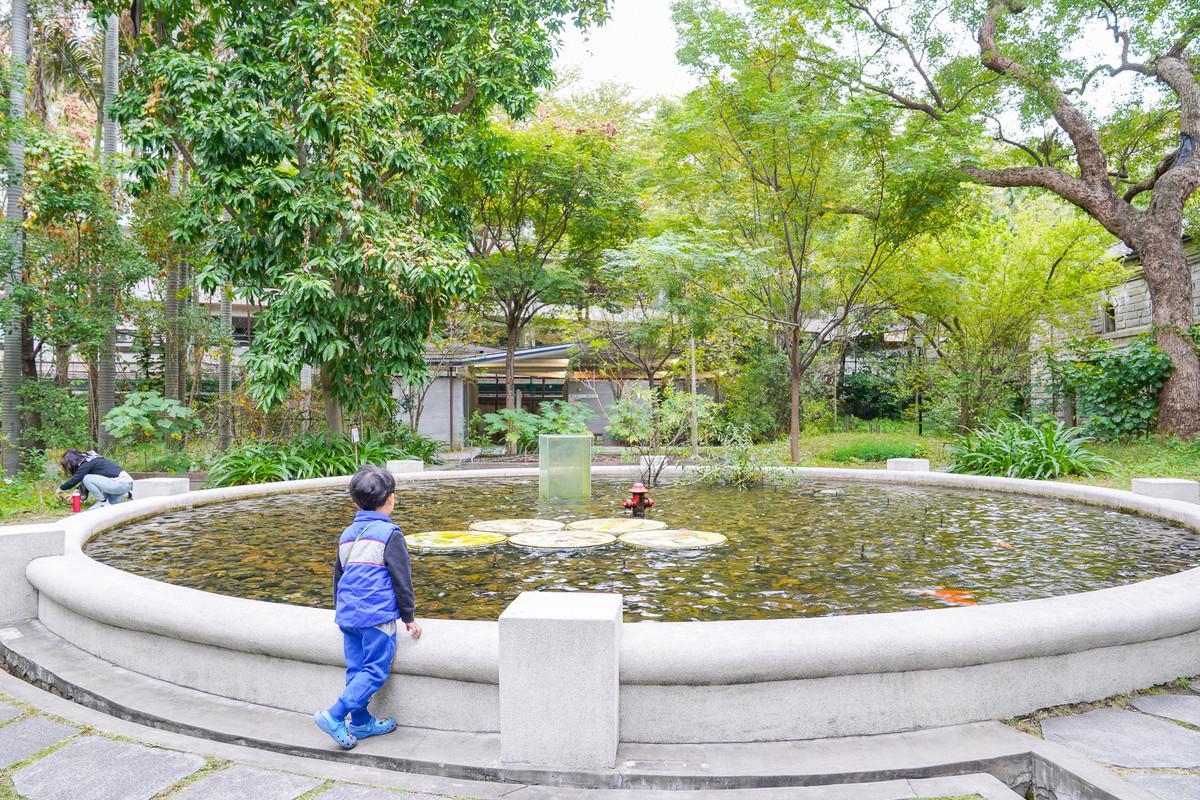 台北親子景點》台灣博物館-南門園區,超美小白宮🏛、一起進入童話故事吧! 免費畫畫、挖化石,晴天下雨天銅板景點。
