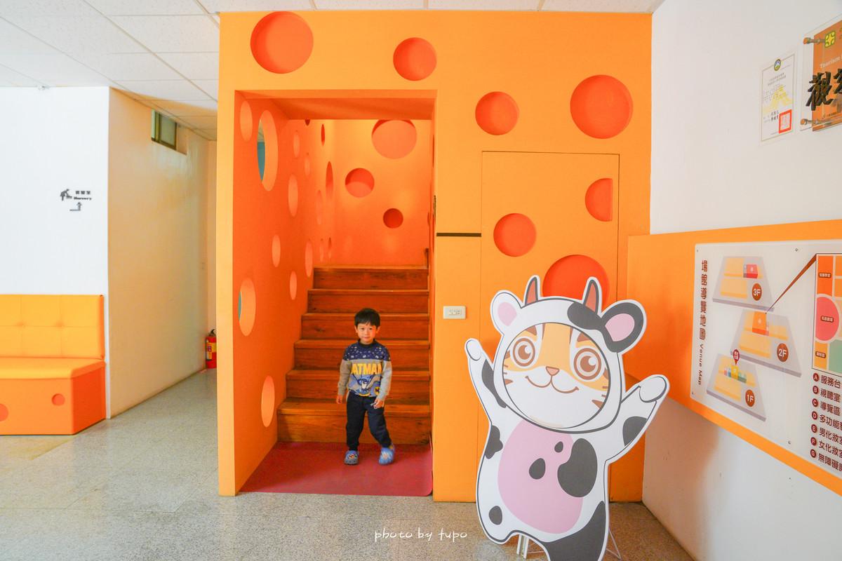 苗栗竹南》四方鮮乳酪故事館:未滿四歲免費 ‼ 來去當貪吃乳酪的小老鼠囉~ 巨大三角乳酪、乳酪咖啡廳、3D彩繪、門票可換新鮮牛奶呦~