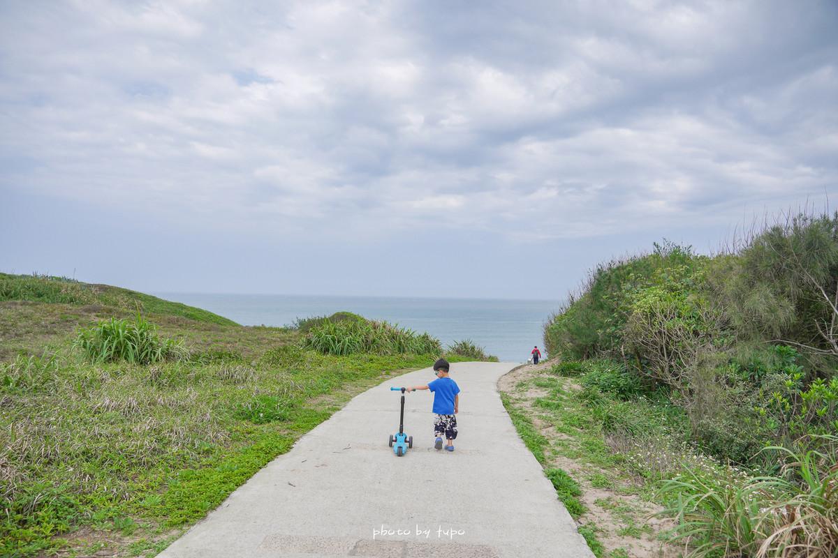 北海岸一日遊景點|老梅海岸、富貴角燈塔(最北燈塔)~黑白燈塔、超美弧形海灣、老梅綠石槽、直達海灘玩沙去囉~