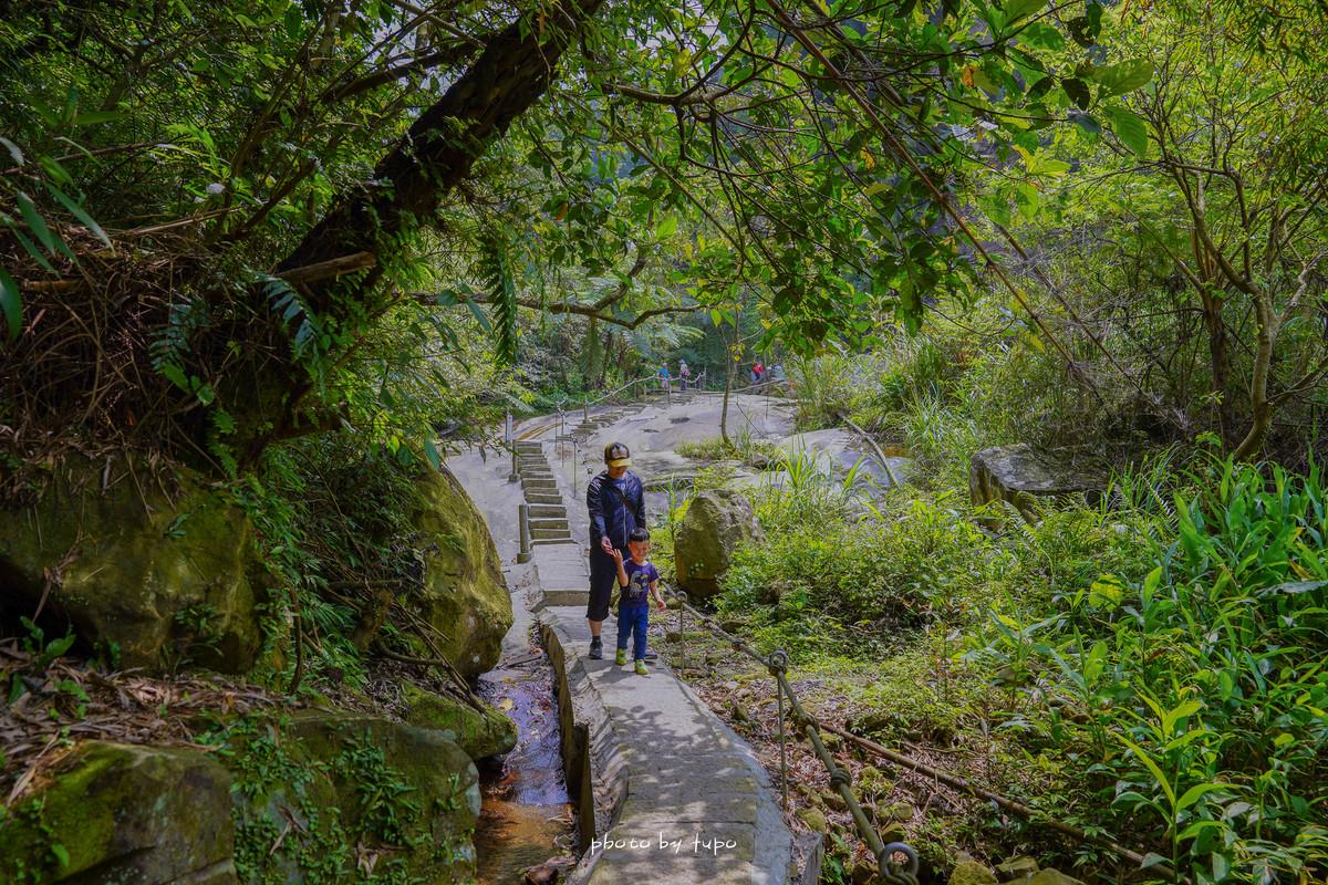 新北汐止景點》姜子寮絕壁步道:300m就到的姜子寮絕壁步道,免費天然洗車場,鬼斧神工的絕壁和透心涼瀑布~