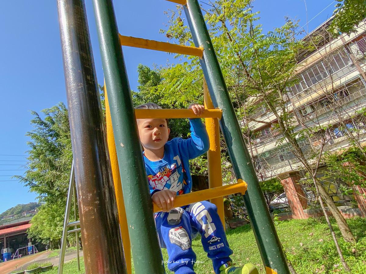 汐止親子景點》汐止北港國小: 四條八公尺滑石攀岩溜滑梯、幼童溜滑梯、盪鞦韆、多款攀爬單槓超放電~大草皮超適合玩球、飛盤~