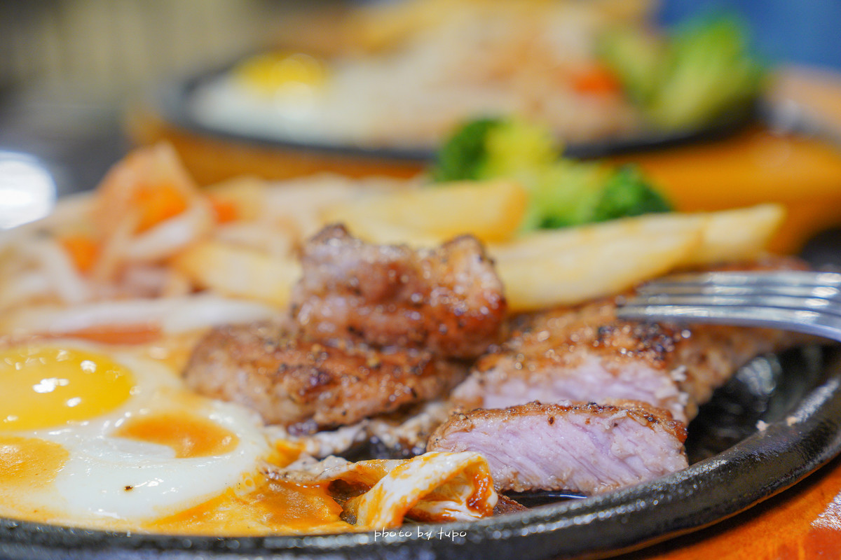 汐止平價美食|西華美式牛排館:可以豪邁大口吃肉~大塊厚切原肉(標榜不用組合肉)、半熟蛋、新鮮沙拉,熊貓外送新餐廳