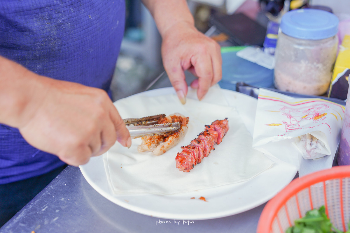 礁溪必吃 礁溪香腸伯( 五峰旗瀑布爬山美食):正方形潤餅包裹、炭烤香氣十足、香腸外脆內多汁,獨門醬料讓人意猶未盡~