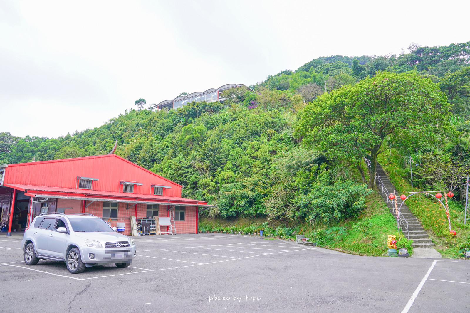 新北汐止免費金針花秘境》五東山慈聖宮~IG熱門打卡點,下車即抵達,兩排金針花秘境,遠眺美景的制高點景觀。