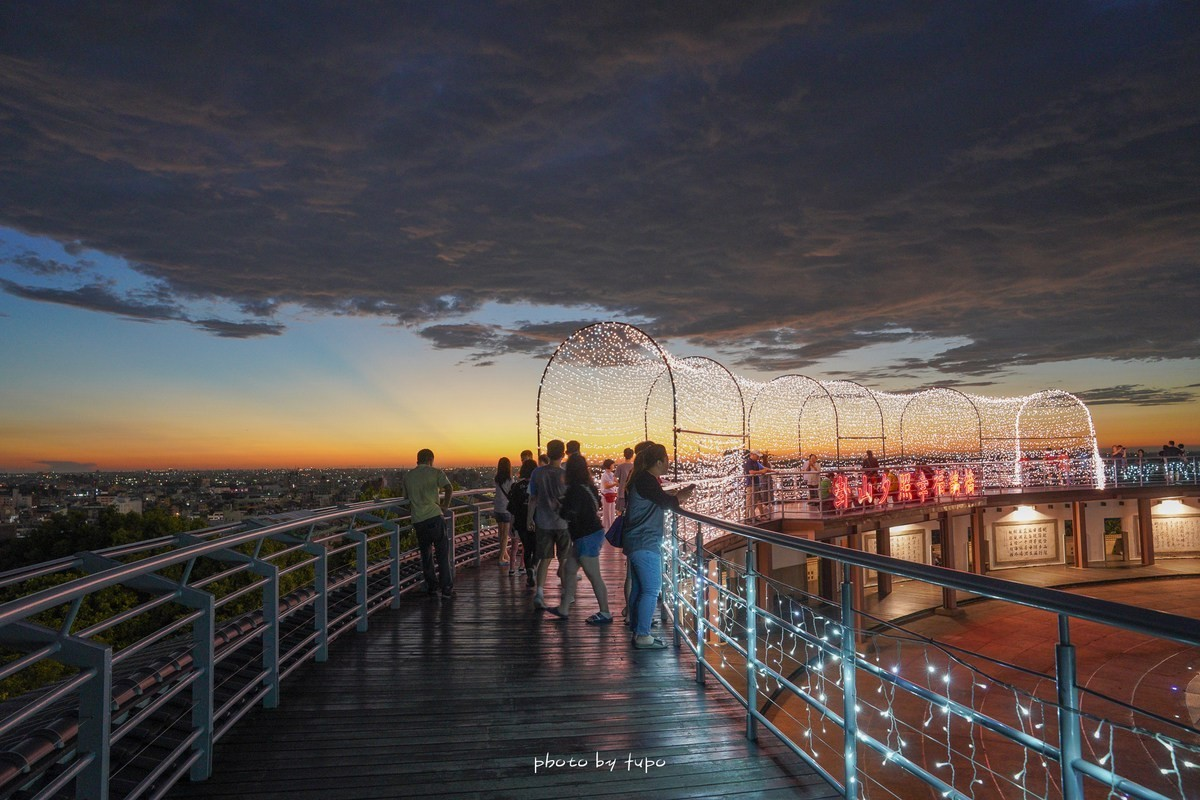 即時熱門文章:彰化景點》八卦山大佛風景區天空步道~浪漫破表的免費觀景台!夜景黃昏一次滿足,全台最美的燈會天空步道。