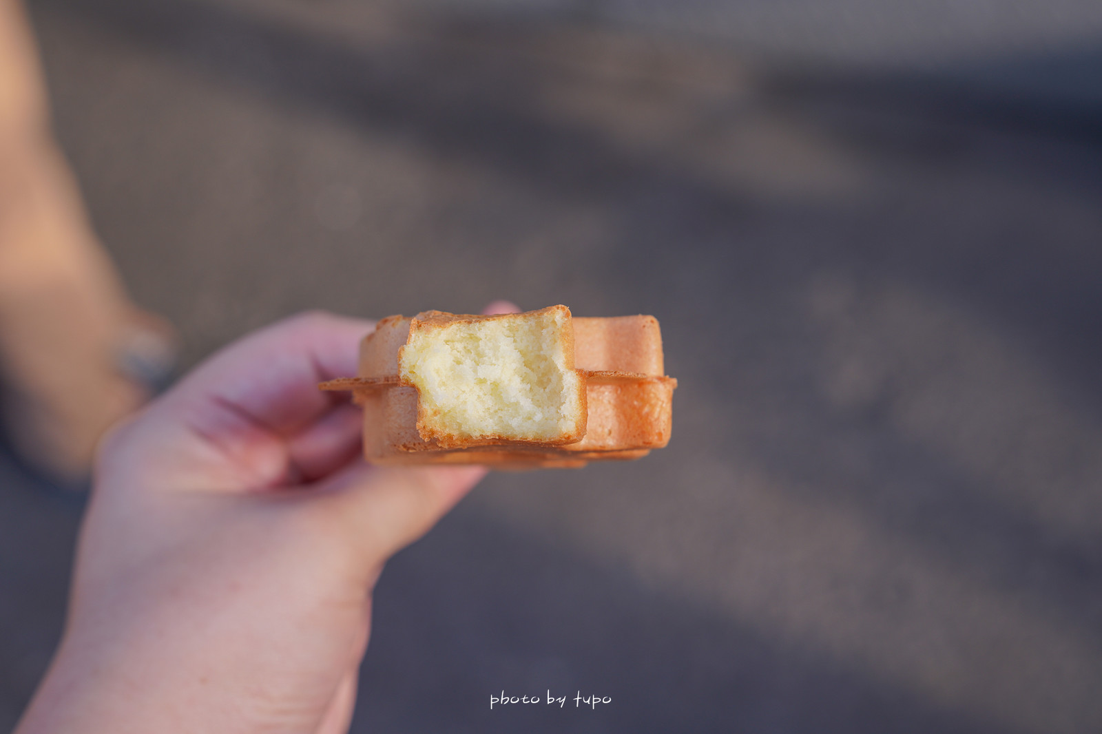 彰化鹿港》福紅脆皮雞蛋糕,只賣三小時!一爐爐細心呵護,翻來翻去只賣20元,外脆內軟綿的雞蛋糕,排隊時老闆還會送一隻