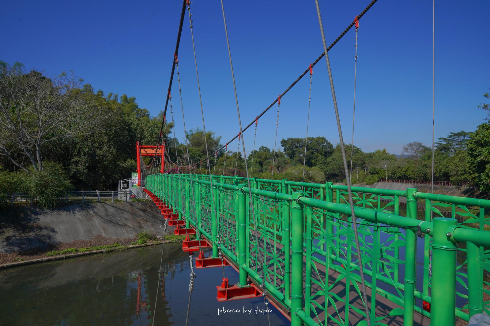 南投竹山景點》竹山下坪吊橋,可愛彩繪吊橋,超適合情侶來拍照留念,搭配花海盛開浪漫指數破表