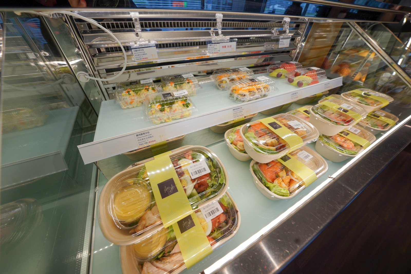 台北喜來登大飯店》五星級飯店隱藏外帶美食,泰式烤全雞200元,一整隻雞吃起來超過癮~出爐馬上秒殺!
