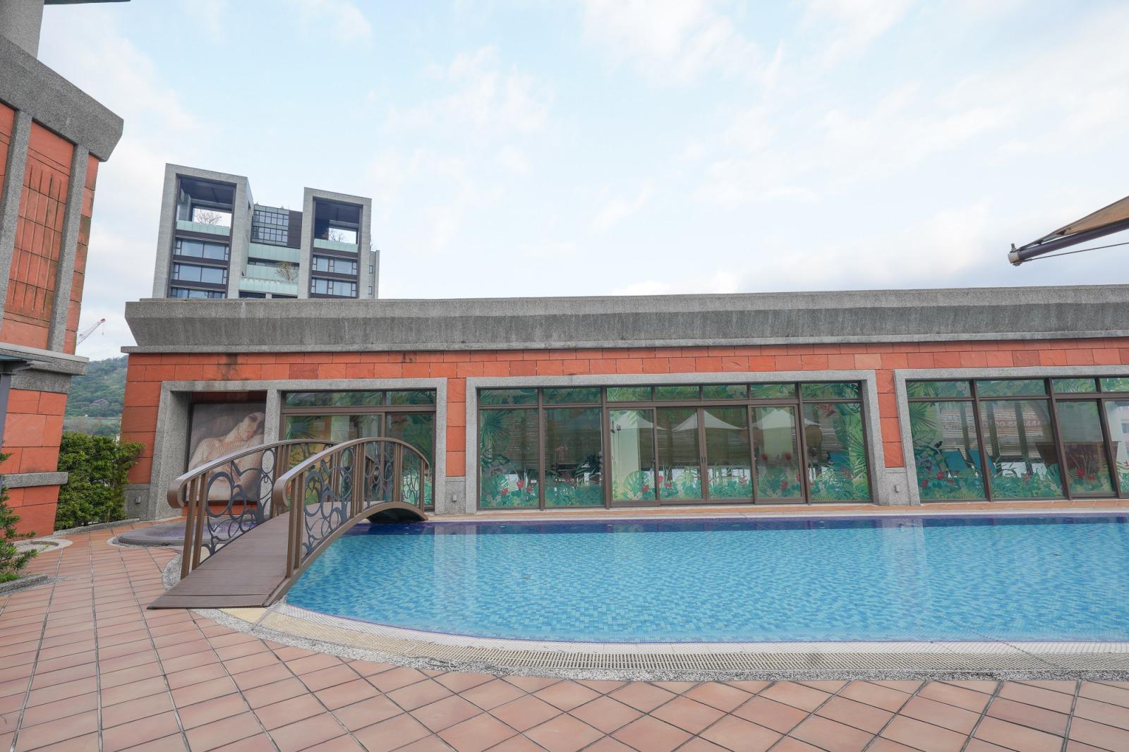 台北大直》維多麗亞酒店Grand Victoria Hotel,大直商圈裡的秘密花園,英倫建築風公主房型,空中泳池、戶外花園、168 牛排館,貼心服務超加分的飯店。