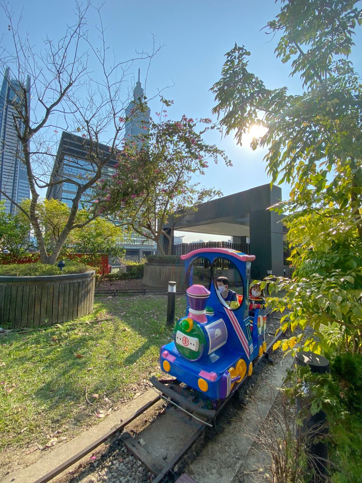信義區親子景點》免門票親子景點!新光三越A8兒童區,和101拍照絕佳位置,好玩的玩沙區溜滑梯小火車碰碰車~