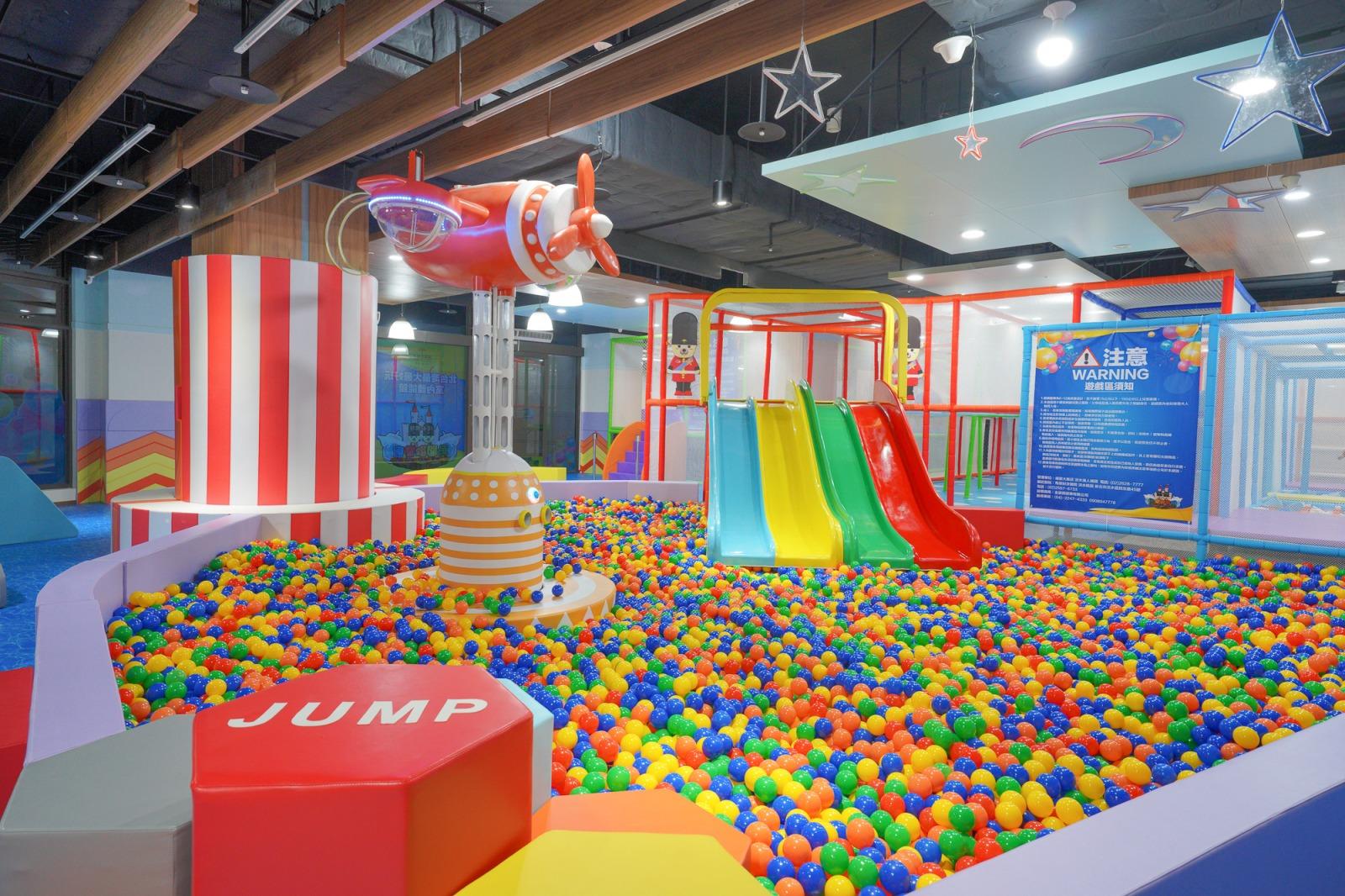 新北淡水景點》勇闖歡樂島,淡水福容大飯店室內300坪二層樓遊樂設施,六大主題:攀爬迷宮、賽車、彈跳床、彩虹溜滑梯,超級放電玩到流汗。