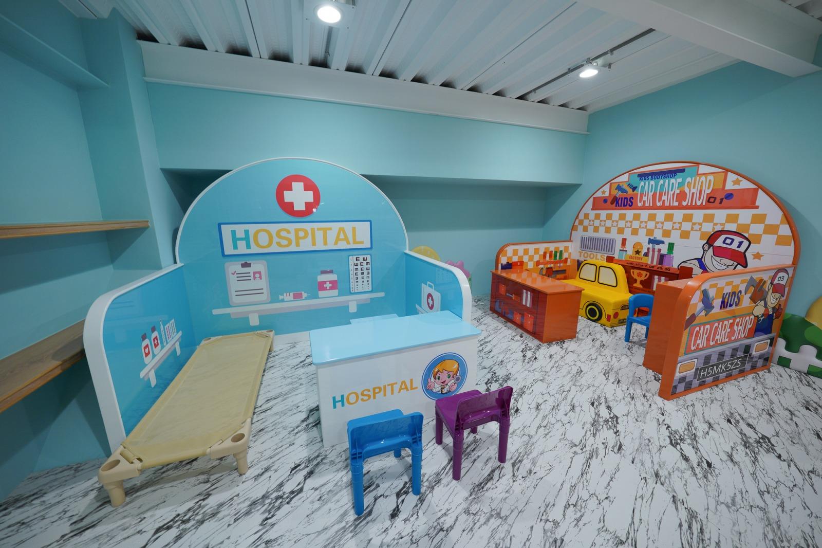 清境住宿》超好玩!清境宇星山莊,擁有超狂三層樓兒童遊戲區,每間房都有山景和和室,距離清境農場5分鐘,適合親子家庭出遊的首選。