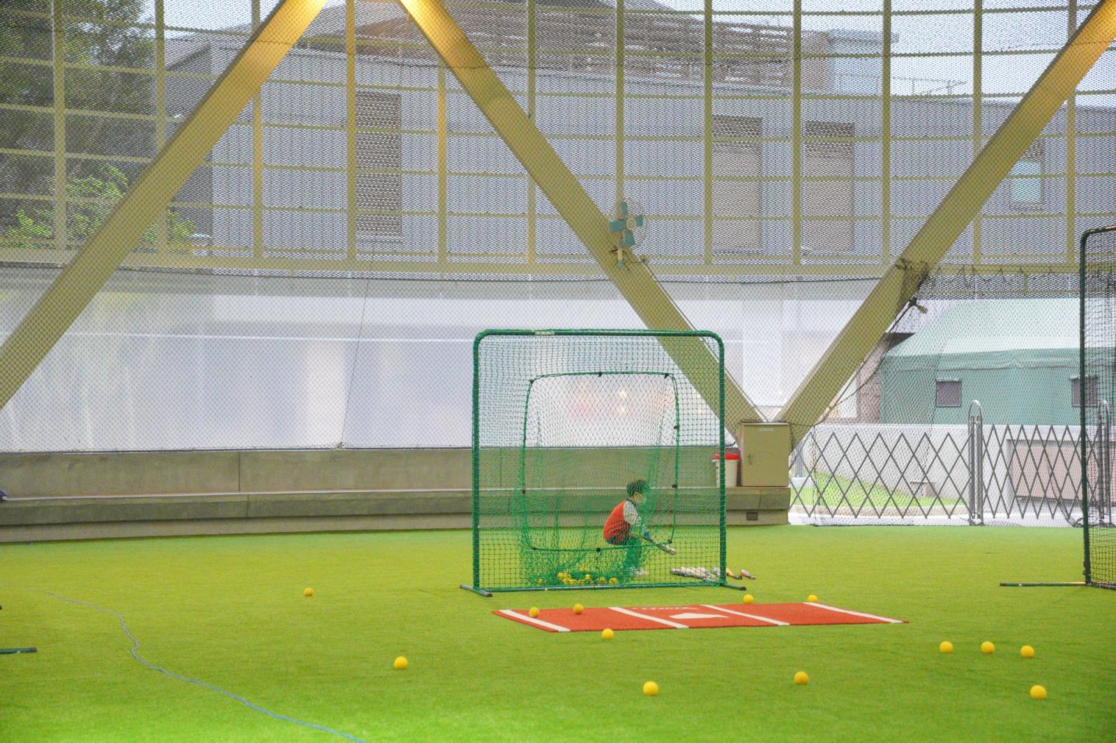 桃園新景點》名人堂全新室內打擊練習場~保證打得到、小朋友也可以打、100元40顆就可以打高高,適合想當棒球明星的你們