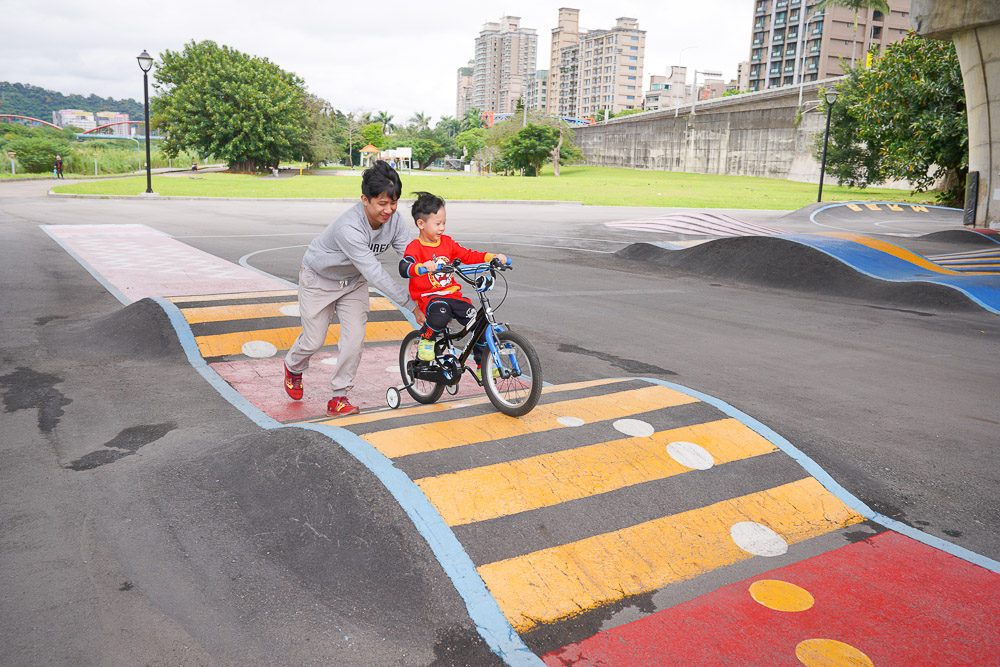 新北市特色公園》微樂山丘自行車躍動場,交流道下push bike自行車訓練場,假日放電追風場地