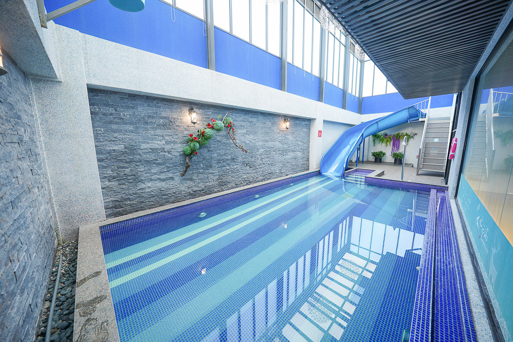台中親子飯店》水雲端旗艦概念旅館,房間內就能玩二層樓滑水道游泳池和KTV、最新親子遊戲區、免費宵夜