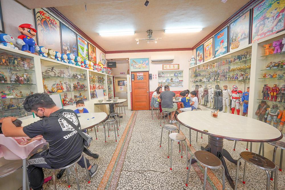 呂家魚丸米粉  宜蘭縣員山鄉魚丸米粉名店,滿滿的動漫公仔牆,魚丸米粉湯頭清爽好吃