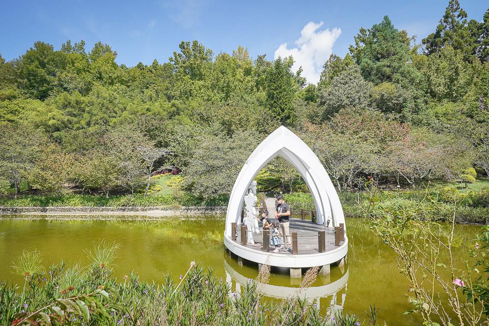 南投景點》清境農場小瑞士花園:浪漫水舞秀、夢幻水上教堂、森林環湖步道、優惠票卷資訊、金針花毯